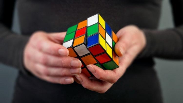 آموزش مکعب روبیک: ۵ گام آسان برای حل مکعب روبیک با عکس